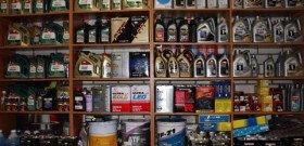 На фото - выбор: моторное масло синтетика или полусинтетика, investtocar.ru