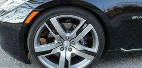 На фото - передние вентилируемые тормозные диски Brembo, hybridcars.com