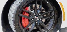 На фото - передние вентилируемые тормозные диски Chevrolet Corvette, 100hotcars.info