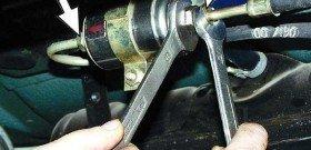 На фото - как поменять топливный фильтр, vaz-manual.narod.ru