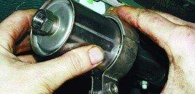 На фото - замена топливного фильтра, bibisochi.ru
