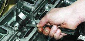 На фото - проверка принцип работы вакуумного усилителя тормозов, autodoki.com