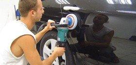 На фото - процесс полировки кузова автомобиля жидким стеклом, avtogarant48.ru