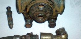 На фото - ремонт рабочего тормозного цилиндра, avto.pro
