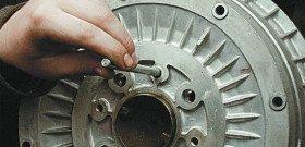 На фото - как снять тормозной барабан. img.autorambler.ru