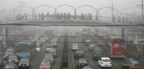 На фото - загрязнение атмосферы выхлопными газами, dishisvobodno.ru