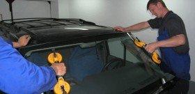 На фото - замена лобового стекла на автомобиле, nanoauto.by