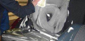На фото - чистка кожаного салона автомобиля, otvetkak.ru