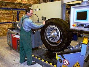 На фото - оборудование для наварки грузовых шин, laneks.lv