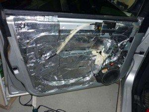 На фото - шумоизоляция дверей автомобиля вибропластом, motor-mechanic.ru