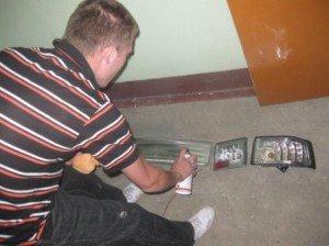На фото - нанесение краски для тонировки фар, v-lada.ru