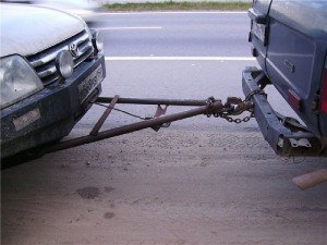 На фото - буксировка транспортных средств на жёской сцепке, tularulit.ru