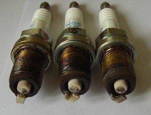 На фото - диагностика двигателя по свечам зажигания, photofile.ru