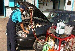 На фото - действия по инструкции по заправке автомобильных кондиционеров, автомастер55.рф