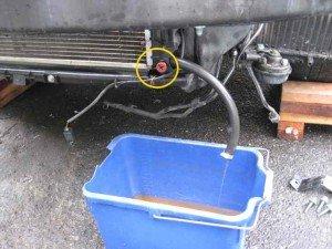 На фото - как помыть радиатор автомобиля: слив жидкости из радиатора, autotema.info