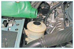 На фото - заливаем жидкость в систему гидроусилителя рулевого управления, autoalmera.ru