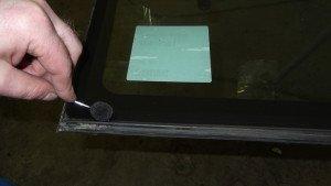 Фото - грунтовка перед установкой лобового стекла, autoglass-top.ru