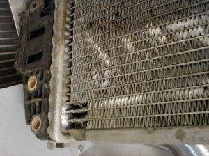 На фото - повреждения, которые нужно запаять на радиаторе автомобиля, avtomotospec.ru