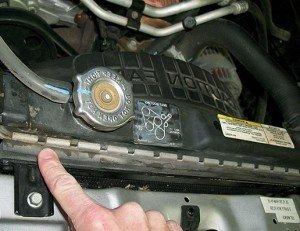 На фото - применение герметика для радиатора автомобиля, encrypted-tbn1.gstatic.com