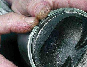 На фото - зазор на компрессионном кольце поршневом, autoshcool.ru