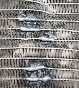 На фото - после пайки автомобильных радиаторов флюс убирают, kazmoto.ru