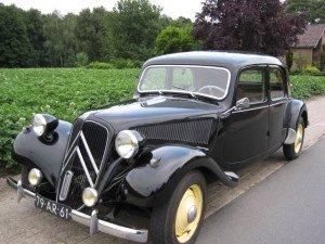 На фото - первый серийный переднеприводный автомобиль, upload.wikimedia.org