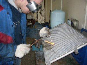 На фото - ремонт радиаторов грузовых автомобилей, пайка, pitline.ru