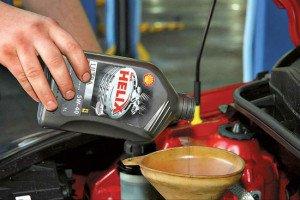 Фото залива нового масла в двигатель, drivehelp.ru