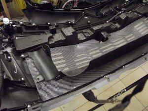 Фото монтажа защитной сетки для радиатора автомобиля, best-vinil.ru