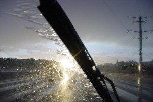 На фото - работа стеклоочистителя автомобильного, motorpuls.ru