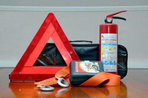 На фото - знак аварийной остановки, аптечка, огнетушитель, avtomobili-tlt.ru