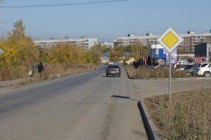 На фото - главная дорога с твердым покрытием, autokadabra.ru