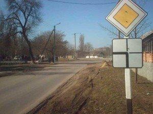 На фото - нерегулируемый перекресток неравнозначных дорого, autokadabra.ru