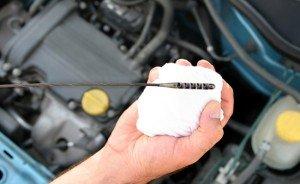 На фото - причины повышенного расхода масла в двигателе, avtobazar.infocar.ua