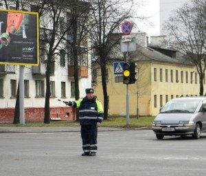 На фото - пешеходный переход и регулировщик, guvd.gov.by