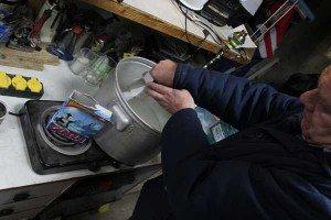 На фото - приготовление сыворотки для промывки СОД, avtofirst.ru