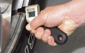 На фото - рабочее давление в шинах, sullivantire.com