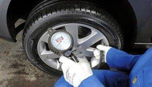 На фото - проверка давления в шинах, rada2012.net.ua