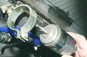 На фото - как заменить топливный фильтр, autokadabra.ru