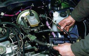На фото - процесс замены тросика сцепления на ВАЗ 2110, лада2111.рф