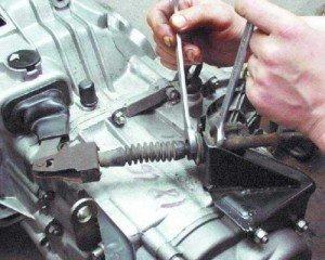 На фото - регулировка тросика сцепления на ВАЗ, motor-mechanic.ru