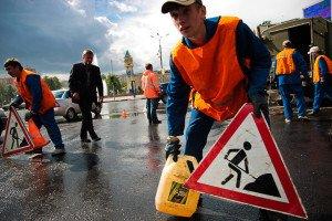 На фото - установка дорожного знака Ремонтные работы, bloknot-volgograd.ru