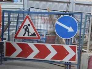 Фото дорожного знака Ремонтные работы с указателем объезда, nedelya40.ru