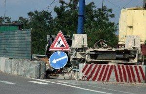 На фото - знак Дорожные работы при ремонте дороги, torange.ru