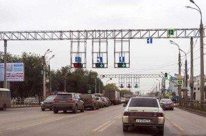 На фото - реверсивный светофор и разметка, roads.ru