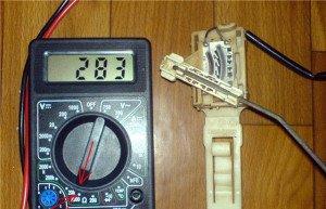На фото - проверка датчика уровня топлива, vwts.ru