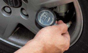 Фото измерения уровня давления в шинах, pyga.ru