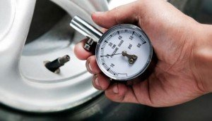 На фото - давление воздуха в шинах, kolesa.ru