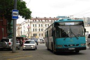 На фото - знак автобусной остановки с разметкой, newsvl.ru