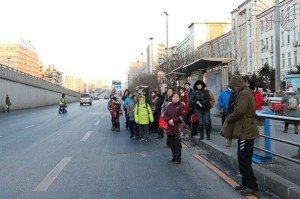 На фото - автобусная остановка без дорожного знака, marshruty.ru